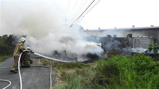 台南歸仁火警燒毀多輛汽機車 無人傷亡台南市歸仁區28日疑因有人引燃雜草發生火警,多輛汽機車及貨櫃被燒毀,所幸及時撲滅,無人傷亡。中央社記者張榮祥台南攝 108年9月28日