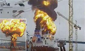 韓聯社今日報導,南韓蔚山港口發生兩艘油輪船起火事故,造成9名船員受傷,火勢已被撲滅,當局正展開調查。(圖/翻攝自推特)