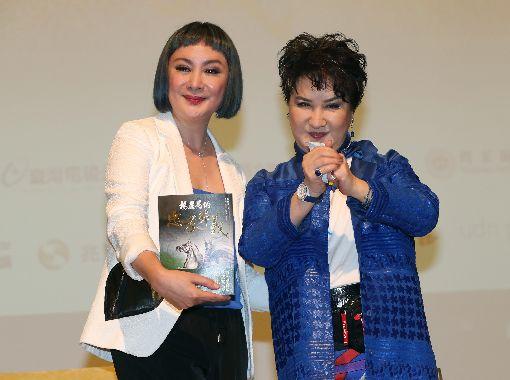 楊麗花新書發表 陳亞蘭現身力挺台灣國寶級歌仔戲藝術家楊麗花(右)28日在台北發表新書「楊麗花的忠孝節義」,愛徒陳亞蘭(左)也出席站台。中央社記者張皓安攝 108年9月28日