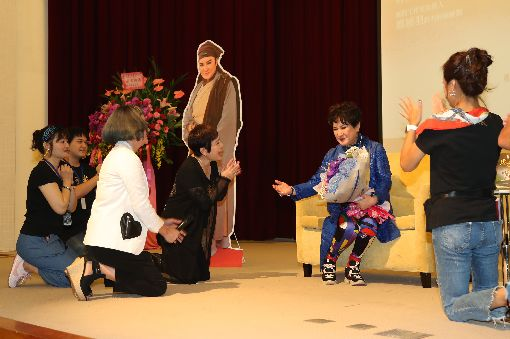 楊麗花自傳新書發表(2)台灣國寶級歌仔戲藝術家楊麗花(右2)28日在台北發表自傳新書「楊麗花的忠孝節義」,她的愛徒們也在教師節這天行跪拜禮,祝福楊麗花教師節快樂。中央社記者張皓安攝 108年9月28日