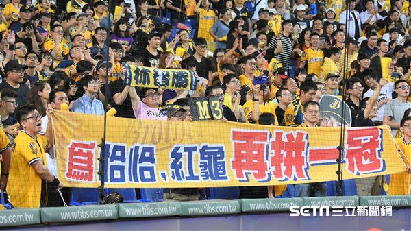 彭政閔將引退,球迷製作標語表達不捨。(圖/記者王怡翔攝影)