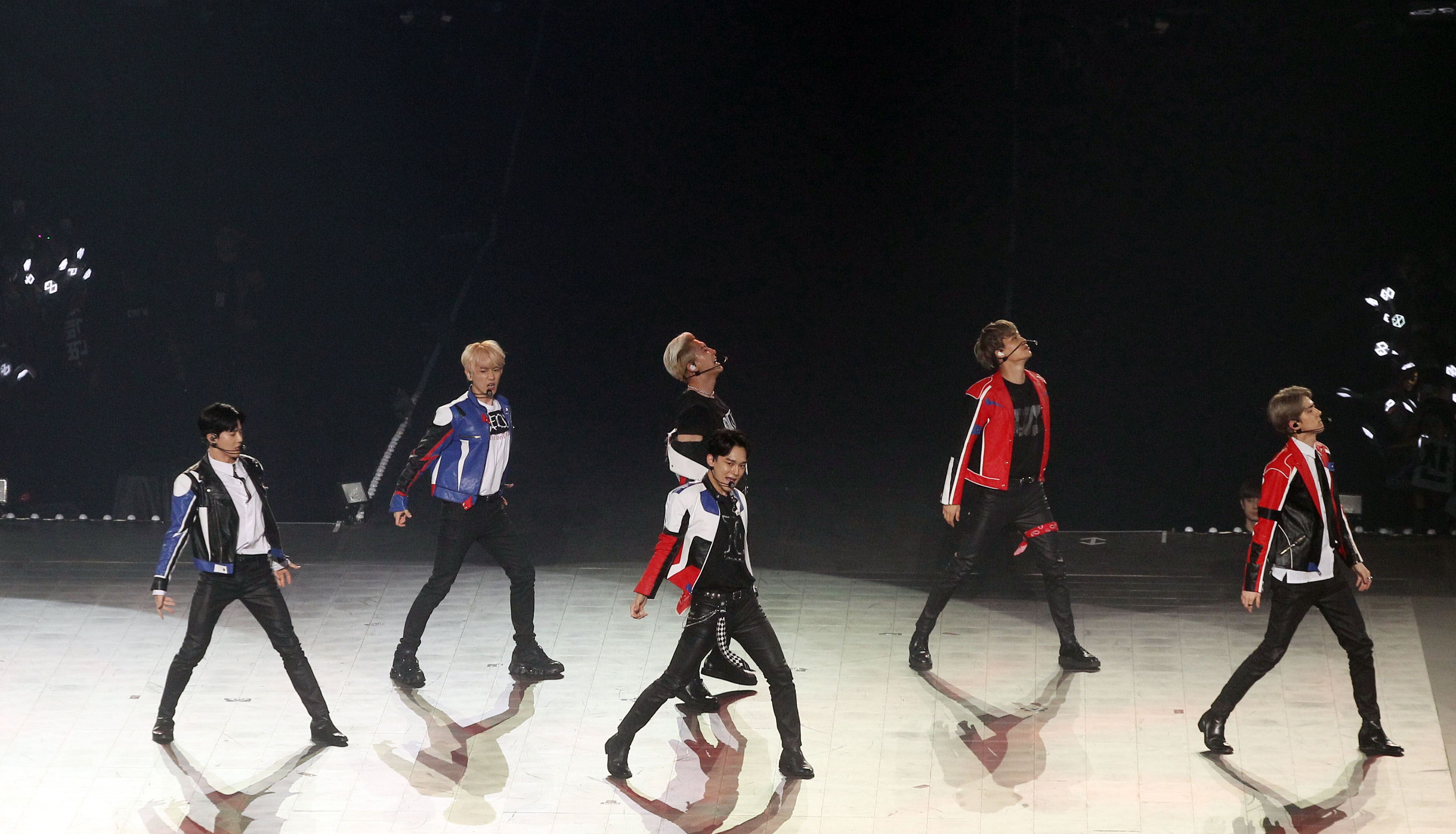 南韓人氣男團EXO引爆台北小巨蛋6名成員一出場粉絲嗨翻天。(記者邱榮吉/攝影)