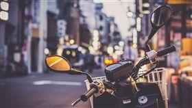 雨天,騎車,接送,結婚,情侶(翻攝自Pixabay)