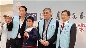 王文洋出席傳愛音樂會宏仁集團總裁王文洋(右2)28日出席「財團法人王月蘭慈善基金會」舉辦的傳愛音樂會,並與參加演出的小朋友合影。中央社記者潘智義攝 108年9月28日