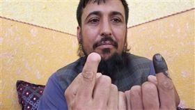 阿富汗商人沙費2014年因為參與投票,遭民兵組織塔利班剁下右手食指一節。他28日在推特上傳一張照片,顯示他右手食指少了一節,左手食指沾上不褪色墨水,投下神聖的一票。(圖取自twitter.com/Safiull27549212)
