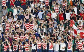 日本隊28日在世界盃橄欖球賽爆冷擊敗世界排名第2的愛爾蘭隊,分組取得2連勝,引起球迷歡呼。(共同社提供)