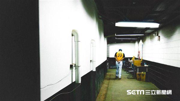 彭政閔在活動開始前認真準備和球迷說話的講稿。(圖/記者王怡翔攝影)