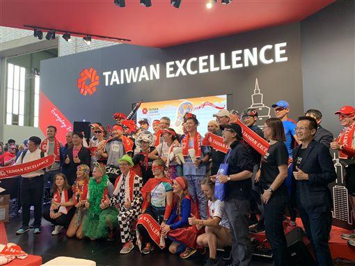 中華民國對外貿易發展協會結合台、德兩地跑者組成台灣精品創意跑隊,藉由參加柏林馬拉松提高台灣精品能見度。中央社實習記者黃靖貽柏林攝 108年9月29日