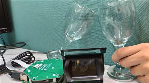 雲林科技大學團隊研發「以聲音辨識實現自動拍照之物聯網應用」,當偵測出酒杯碰撞的乾杯聲,就會啟動面向聲音來源位置的相機拍照並上傳的聲控裝置,在烏克蘭發明展獲得1金和1特別獎。(中華創新發明學會提供)中央社記者許秩維傳真 108年9月29