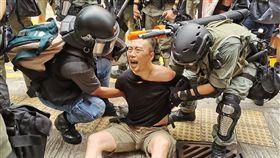 29日下午2時,銅鑼灣sogo百貨外聚集了大批示威者,堵塞道路。2時15分警民衝突,警方射催淚彈,也有人被捕。中央社記者張謙香港攝 108年9月29日