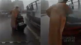 下雨天車故障!阿姨慌停華江橋「盲彎」 他嚇慘:褲底一包(圖/翻攝爆料公社5.0 YouTube)