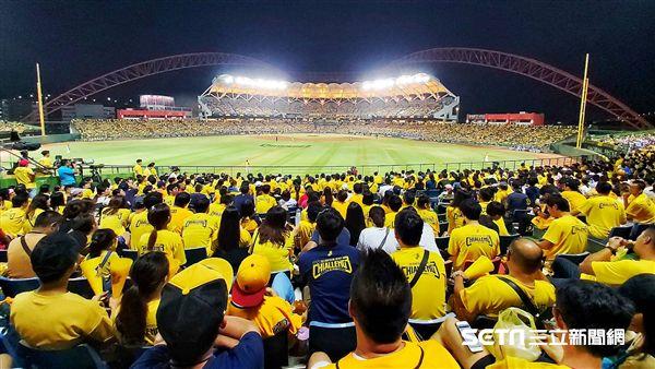 彭政閔引退賽,吸引20223位球迷進場加油。(圖/記者林士傑攝影)