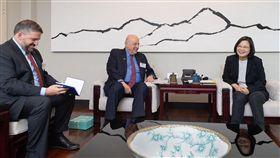 蔡英文總統30日上午在寓所接見「威爾遜國際學人中心(Wilson Center)訪問團」。(圖/總統府提供)