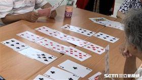 專家說,玩撲克牌有助認知刺激、減緩失智。(圖/八里療養院提供)