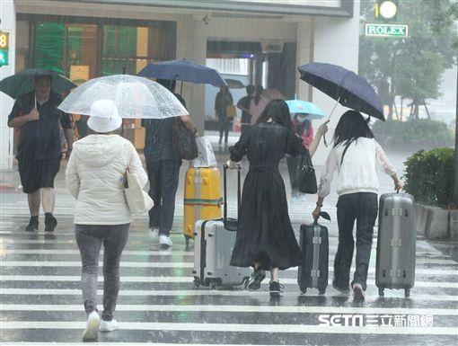 天氣,氣象,下雨,颱風,降雨,雨天,停班,停課,上班,上課,大雨,雨傘,撐傘,淋雨,強風,豪雨(示意圖/邱榮吉攝影)