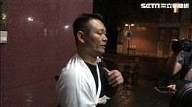 ▲對香港藝人何韻詩潑漆的胡志偉秀自己受傷的右手,表示現場他被操著香港口音的人打到受傷。(圖/記者楊佩琪攝)