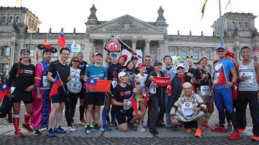 台灣選手參加柏林馬拉松柏林馬拉松29日登場,駐德代表謝志偉在開賽前鼓勵台灣選手,期待他們突破個人最佳成績。中央社實習記者黃靖貽柏林攝 108年9月30日