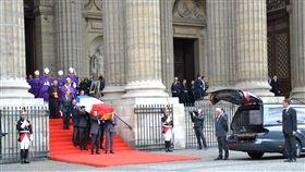 法國舉國哀悼  席哈克下葬巴黎墓園法國前總統席哈克逝世,在為他舉辦的彌撒中,有法國政要及多國領袖出席,場外也有許多民眾送別老總統。圖為108年9月30日拍攝。中央社記者曾依璇巴黎攝  108年10月1日