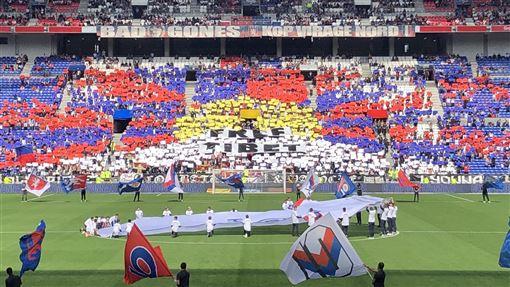 法國甲級足球聯賽中,里昂奧林匹克隊的支持者用彩色拼板排出雪山獅子旗圖案,抗議法甲聯賽為向中國宣傳而犧牲現場球迷權益。(圖/翻攝自推特)