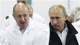 美國財政部認為俄羅斯總統蒲亭(Vladimir Putin)(右)的親密盟友普里格欽(Yevgeny Prigozhin)(左)散布假消息,今天對其祭出新制裁(圖/美聯社/達志影像)