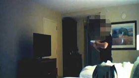 舊金山華裔旅遊業者彭學華被控為中國從事間諜活動,聯邦調查局(FBI)發現他多次透過秘密情報傳遞點轉交現金,並取得儲存敏感資訊的SD記憶卡。(圖/翻攝自The Justice Department YouTube頻道)