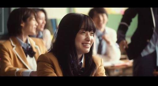 今年才剛滿日本法定年齡20歲的女星橋本環奈,靠著亮麗的外型電影一部接著一部演,近月來她也宣布接拍了限制級漫畫改編作品《信號100》(シグナル100) 圖/微博、影片截圖