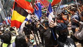 雖未獲警方同意,「社會民主連線」和「香港市民支援愛國民主運動聯合會」等泛民組織仍舉行「反送中」遊行,1日下午在銅鑼灣集會,遊行前往中環。(圖/翻攝自吳文遠臉書www.facebook.com/Ng.ManYuen)