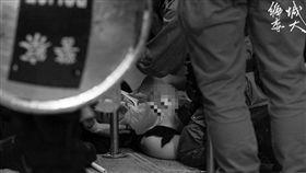 香港反送中一名示威者中彈倒地 圖翻攝自香港城市大學學生會編輯委員會