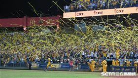 ▲中信兄弟象迷在洲際球場拋下黃色彩帶。(圖/記者王怡翔攝影)