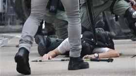 香港警察在灣仔拘捕示威者(2)反送中在1日中共建政70週年紀念日發起遍地開花遊行示威,大批鎮暴警察在灣仔展開清場,拘捕多名示威者。中央社記者張謙香港攝 108年10月1日