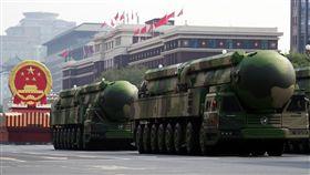 東風41亮相中共1日在北京舉行建政70週年閱兵式,號稱可鎖定全球戰略目標的東風41型洲際彈道飛彈首度亮相,成為全場焦點。(中新社提供)中央社 108年10月1日