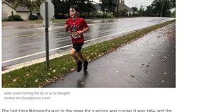 男孩跑錯路卻得冠軍。(圖/翻攝自bringmethenews) https://bringmethenews.com/minnesota-lifestyle/minnesota-9-year-old-rising-to-fame-after-wrong-way-race-victory