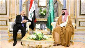 在伊拉克總理馬帝(左)安排下,沙烏地阿拉伯同意與伊朗會談,朝向緩和區域緊張情勢的第一步。圖為馬帝9月25日與沙烏地阿拉伯王儲穆罕默德.沙爾曼(右)會面。(圖取自twitter.com/IraqiPMO)