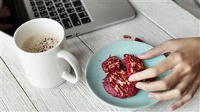 上班,認真,點心,邊吃飯邊工作。(圖/翻攝自Pixabay)