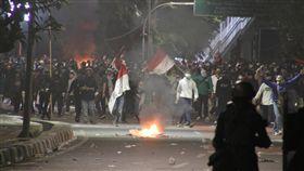 印尼大學生連日抗議國會修法印尼大學生連日發起抗議國會修法運動,9月30日晚間抗議者與警察在街頭對峙。警方10月1日指出,當晚有200多名抗議者與40名員警受傷。圖為108年9月30日拍攝中央社記者石秀娟雅加達攝 108年10月1日