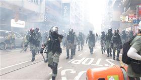 香港鎮暴警察轉往灣仔清場反送中在1日中共建政70週年紀念日發起遍地開花遊行示威,大批鎮暴警察在催淚煙霧中從金鐘挺進,到灣仔展開清場。中央社記者張謙香港攝 108年10月1日