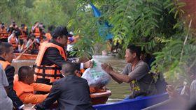 泰國總理將救災物資交給災民泰國東北部陷入近10年來最嚴重水災,泰國總理帕拉育(左)19日前往泰國烏汶府勘災,將救災物資送到災民手中。(泰國總理府提供)中央社記者呂欣憓曼谷傳真 108年10月2日
