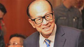 紐約時報指出,過去遊走在灰色地帶的香港首富李嘉誠(中)如今成為中國新一輪「鬥地主」的目標。(中央社檔案照片)