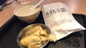 他發問台北名店「阜杭豆漿」必點?網狂推:這個真的好吃!(圖/翻攝自阜杭豆漿臉書)