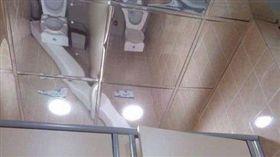 超害羞!尿急上公廁…抬頭一看傻眼了 網狂讚:傑出的設計(圖/翻攝自爆廢公社)