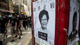10月1日香港反送中遊行。十月一日,中國國慶歌舞昇平之際,香港本土正上演著激烈的街頭運動,截至下午一時左右,香港各區已出現大量群眾高舉示威標語,沿路均可看到不同的標語及張貼的傳單。(圖/三立新聞網駐香港記者王志杰攝)
