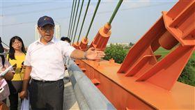 台中烏日溪尾大橋檢測結果安全無虞台中市建設局養護工程處長彭岑凱(右)2日前往烏日溪尾大橋勘查,他指出,這座大橋已完工3年,監測結果均無異常,最近一次在9月監測,2日再次檢測,安全無虞。中央社記者趙麗妍攝 108年10月2日