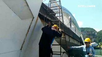 油罐車墜橋起火 加油站員工爬梯救人