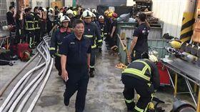 台中火警,遺體抬出消防同仁敬禮(圖/翻攝畫面)