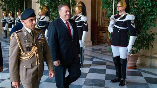 美國國務卿蓬佩奧(前左2)2日首度證實,總統川普和烏克蘭總統澤倫斯基7月通話當時他在場聆聽。(圖取自twitter.com/SecPompeo)