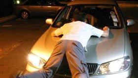 妻酒店偷情!人夫攔截小王「怒趴引擎蓋」…竟被載7公里(圖/翻攝自《中國報》)