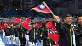 第7屆空手道剛柔會亞太盃錦標賽9月26日到10月1日菲律賓宿霧舉辦,中華隊選手在開幕式上開心揮舞小國旗進場。(國際空手道剛柔會台灣支部提供)