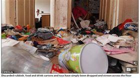 英國《每日郵報》報導,在伯明罕有一名房東將房子租給一位帶著4個孩子的媽媽約5年,在上個月搬離後房東前往查看,一開門映入眼簾的卻是「垃圾屋」,滿坑滿谷的垃圾堆得看不見走道,仔細一看還有廚餘和人類的糞便,房東見景象太過衝擊,嚇到既無語又無奈,跑出屋外瘋狂作嘔。(圖/翻攝自每日郵報)