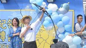 ▲ 高雄市長韓國瑜今日登上渡輪,扮成航海王「魯夫」射出三支穿雲箭。