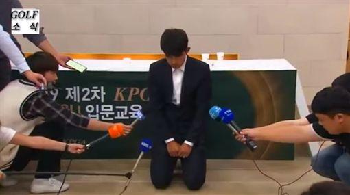 韓國選手沒風度!打不好牽拖觀眾比中指 下跪淚崩氣燄全沒圖翻攝自YOUTUBE
